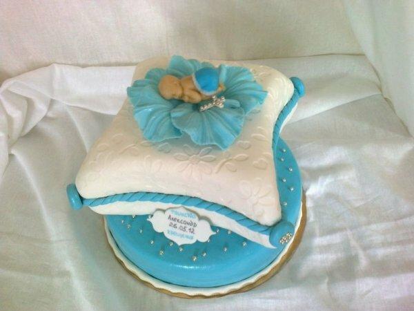 Бело-голубой торт на крещение с фигуркой младенца