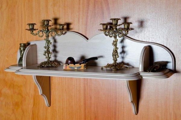 Более того, некоторые образцы стилизованных деревянных полок являются настоящими произведениями народного творчества