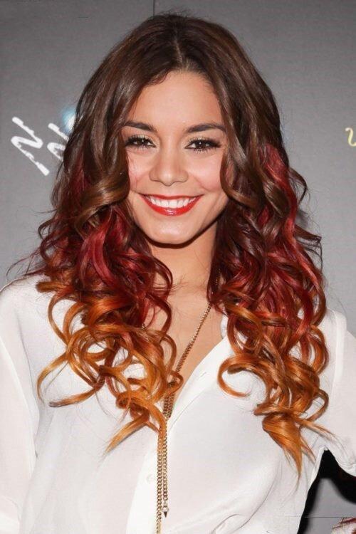 Эффектное сочетание темных волос и рыжих прядей