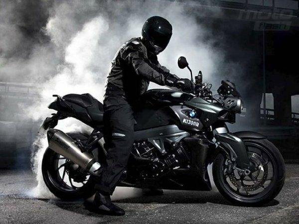 Стильный мотоциклист в коже