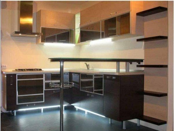 «Зеркальная» кухня и одноуровневая стойка
