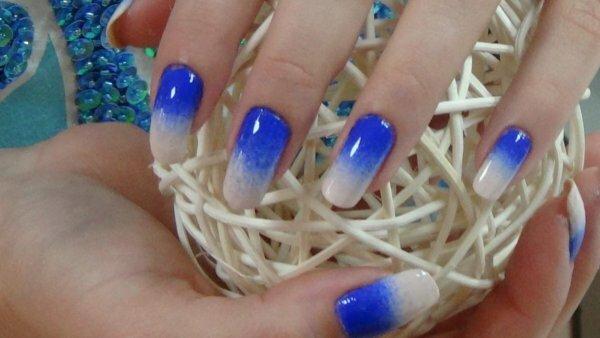 Сине-белый градиент и нежные блестки