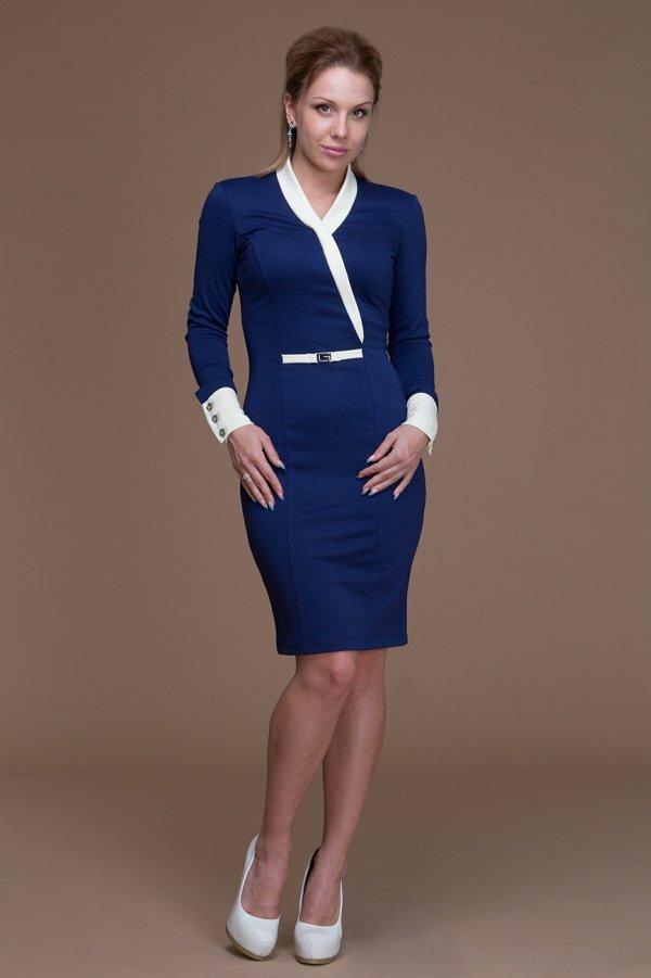 Синее платье с необычной отделкой и контрастными пуговицами
