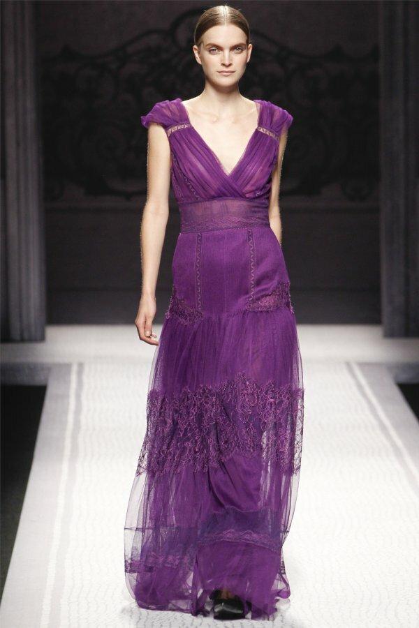 Роскошное декольтированное платье с многослойной юбкой