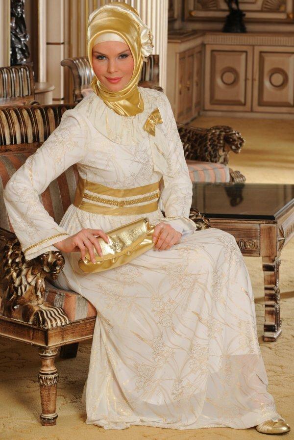Свадебное платье цвета слоновой кости с «золотыми» аксессуарами
