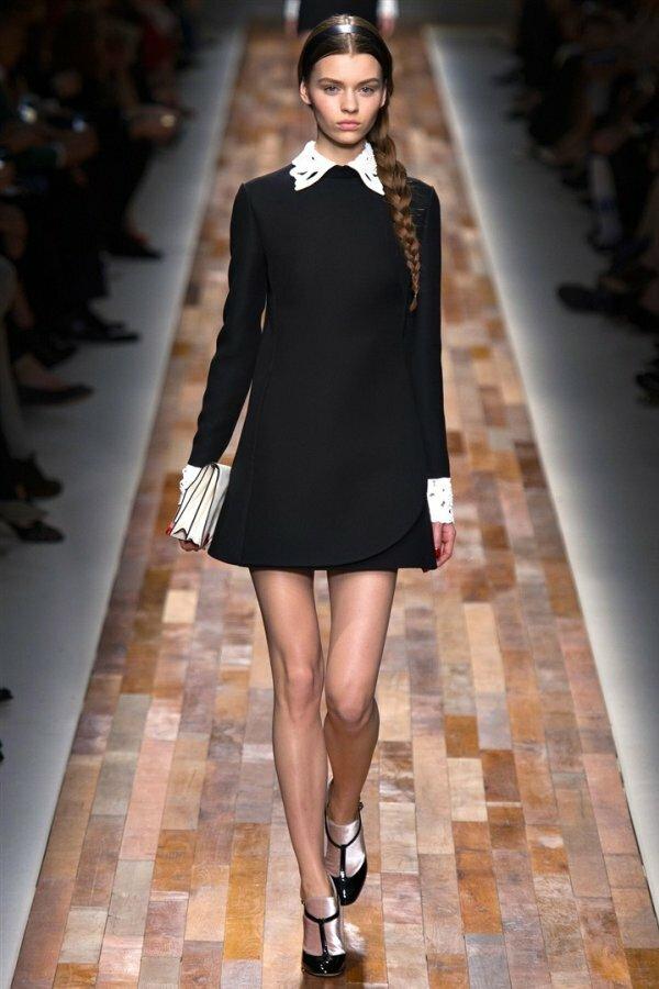Лаконичное черное платье с полукруглым воротничком и длинными манжетами