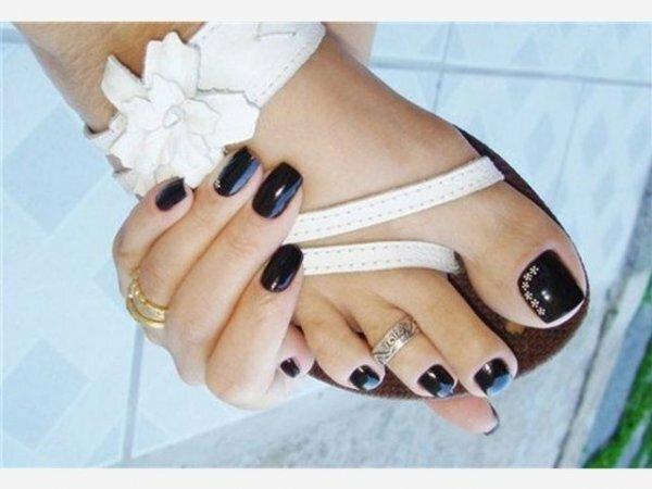 Лаконичный черный и белая цветочная гирлянда