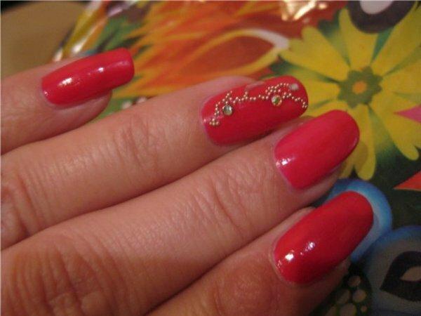 Красный с золотыми бусинами и прозрачными стразами