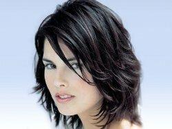 Фото модных женских стрижек на средние волосы разных типов