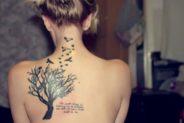 Птицы, летящие над деревом на спине