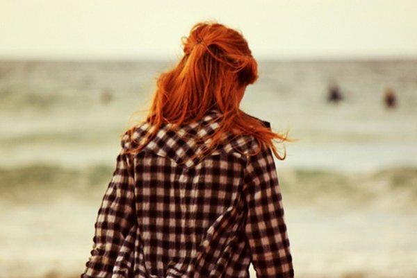 Рыжеволосая девушка в уютной рубашке