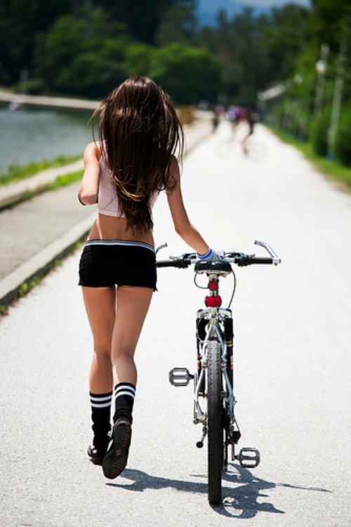 Ну как не познакомиться с такой велосипедисткой?