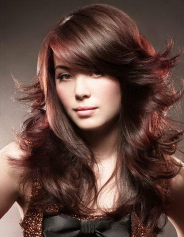 Рваный каскад на густые волосы с косой челкой
