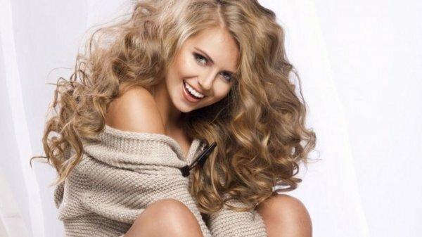 Сияющий перламутр на светло-русых волосах