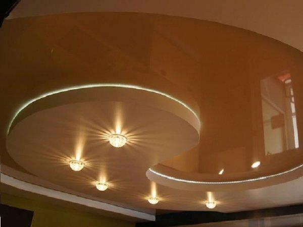 Сочетание глянцевого и матового материалов выигрышно смотрится в залах с низкими потолками