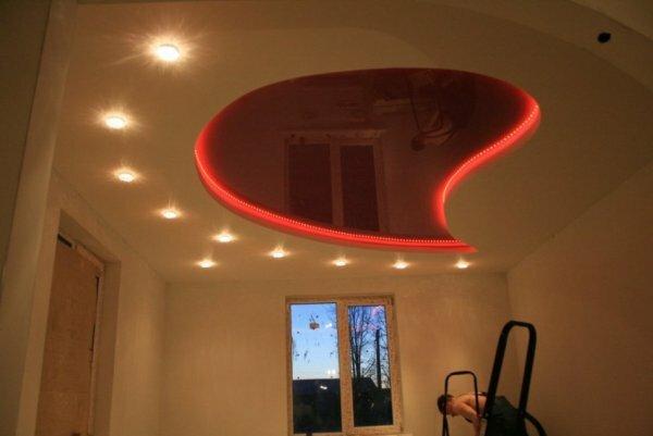 Сочетание теплого точечного освещения с красным светодиодным смотрится очень неординарно