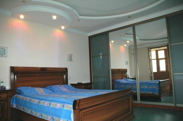 Белый потолок всегда сделает комнату более светлой и теплой