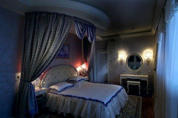 Натяжной потолок с подсветкой у изголовья кровати