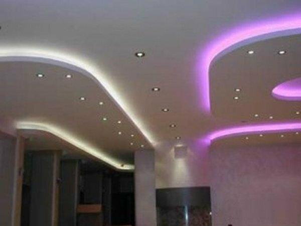 Сделав подсветку двух разных цветов, спальню можно поделить на секции