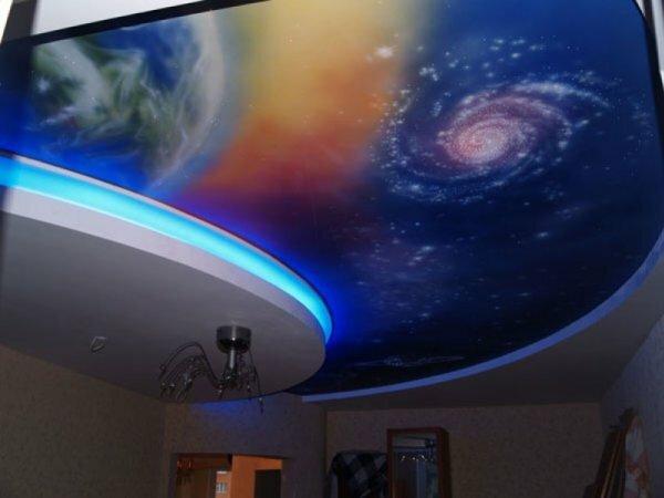 Любителям фантастики понравится натяжной потолок, напоминающий вид из шатла на землю и Млечный Путь
