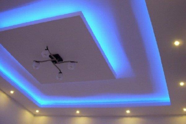 В двухуровневых потолках можно использовать одновременно центральное, точечное освещение и светодиодную подсветку
