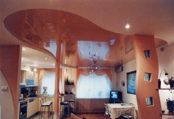 Отличное разделение натяжным потолком зоны кухни и гостиной