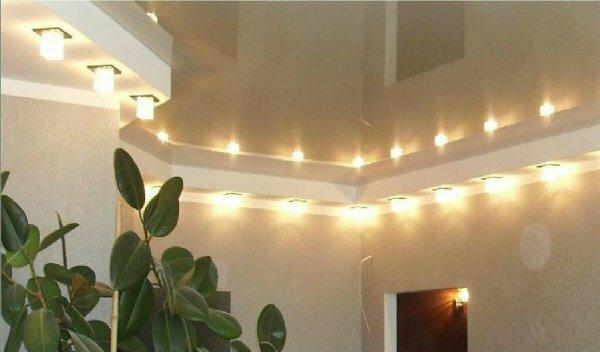 Белый потолок сделает даже самую темную комнату светлой