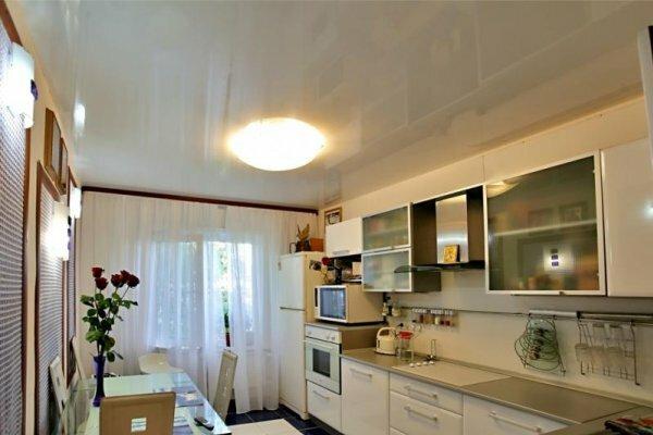 Белый глянцевый потолок добавляет света любому помещению
