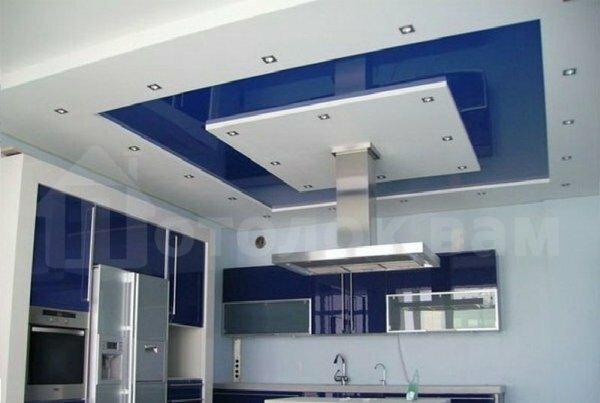 Тренд 2015 года – бело-синяя глянцевая кухня с таким же многоуровневым потолком