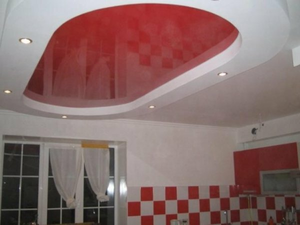 Расцветку потолка можно подобрать под облицовочную плитку