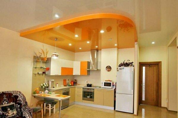 Желтой частью потолка отделяем кухню от столовой
