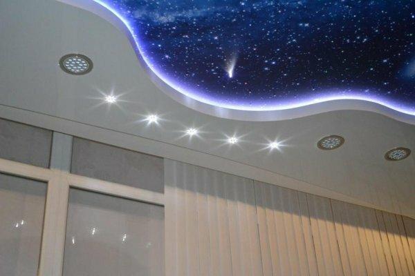 Любителям звездного неба натяжной потолок с особой подсветкой придется по душе