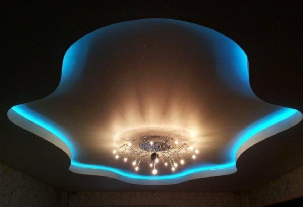 Центральное освещение с подсветкой придает залу уют