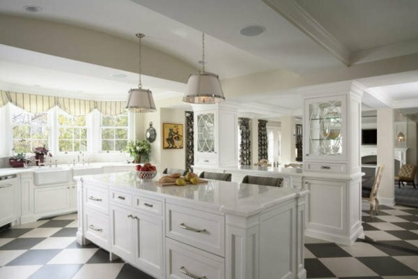 Белый цвет делает кухню еще просторнее и светлее