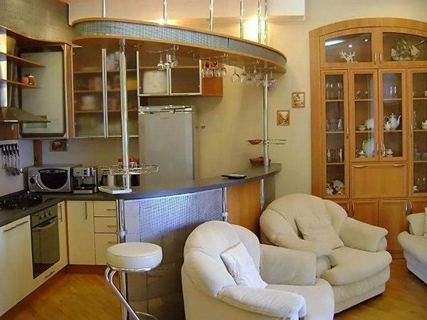 Барная стойка идеально разделяет помещение на зоны готовки и отдыха