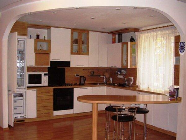 Барная стойка разделяет проход между комнатой и кухней