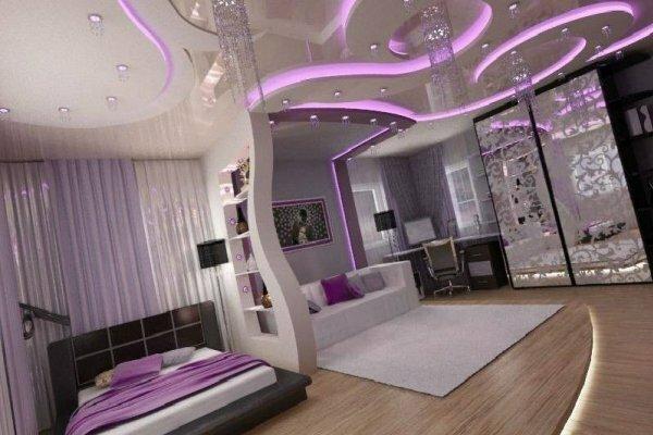 По-разному оформленный натяжной потолок отделяет спальню от гостевой