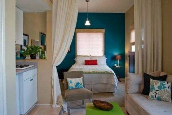 С помощью ниши и балдахина отделяется зона сна от остальной квартиры