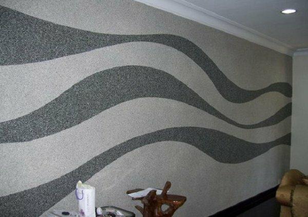 Серые волны не только украсят гостиную, но и визуально вытянут ее