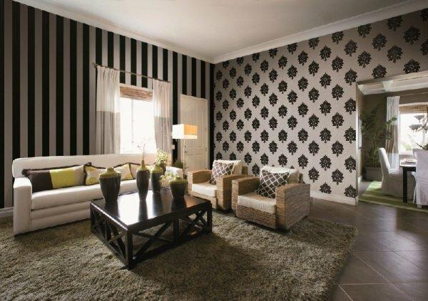 Комбинирование велюровых обоев в полоску (которые вытягивают вверх стену) вместе с орнаментов визуально сравняют разные по высоте стены