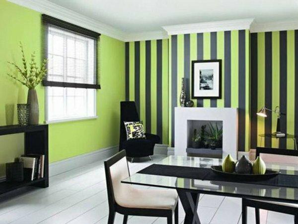 Салатовые и зеленые обои в гостиной успокаивают нервную систему, особенно если они в полоску