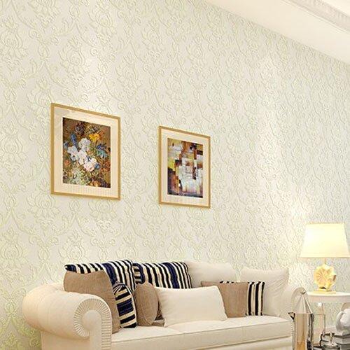 Мягкий узор и белые обои сделают комнату светлее