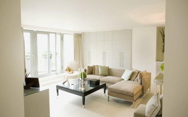 Белые обои наполнят комнату чистотой, уютом и теплым светом