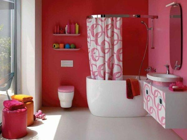 Удачное сочетание красного и розового цветов наблюдается не только на стенах, но и в самих предметах сантехники