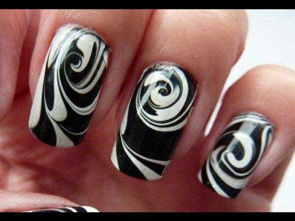 Черно-белые вихри на ногтях ‒вечная классика сочетания цветов