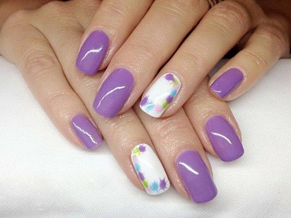 Модное веяние ‒ окрашивание безымянного ногтя в цвет, отличный от остальных. Оцените сочетание сиреневого и белого
