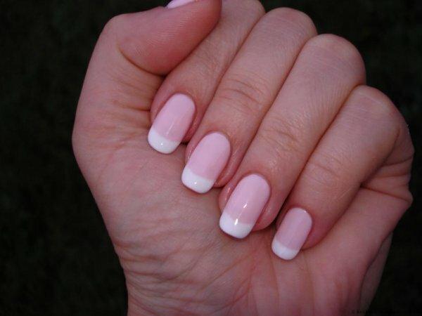 Прекрасная идея для повседневного маникюра ‒ белый френч на розовой основе