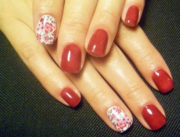 Страстный красный усмиряется нежными цветами и бабочками на безымянном пальце. Выигрышное сочетание гель-лака и фотодизайна