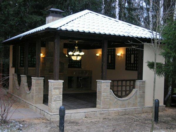 Квадратная каменная конструкция с постоянным освещением