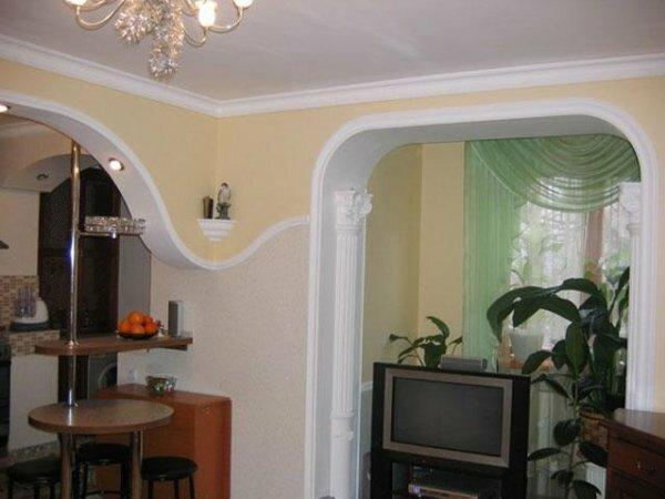 Фигурная перегородка-арка между гостиной и кухней